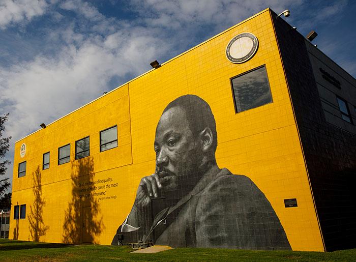 Bức tranh tường của Tiến sĩ Martin Luther King Jr. tại Charles Drew Universtiy